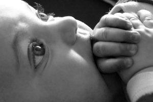 photo photographie mignon bébé yeux noir et blanc photo de naissance